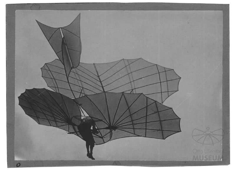"Fotografie: Otto Lilienthal mit Flugapparat ""Großer Doppeldecker"" (Otto-Lilienthal-Museum CC BY-NC-SA)"