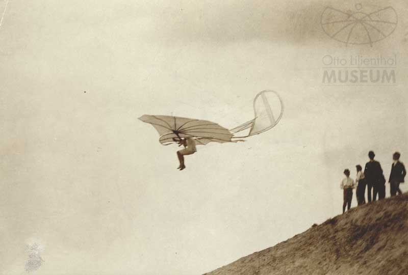 Fotografie: Otto Lilienthal im Flug (F0832) (Otto-Lilienthal-Museum CC BY-NC-SA)