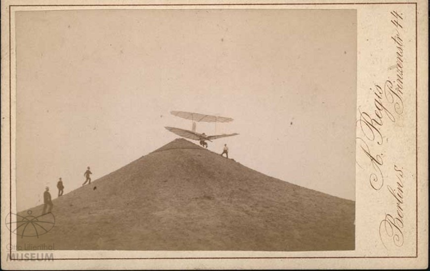 Fotografie: Lilienthal im Flug am Fliegeberg (Otto-Lilienthal-Museum CC BY-NC-SA)