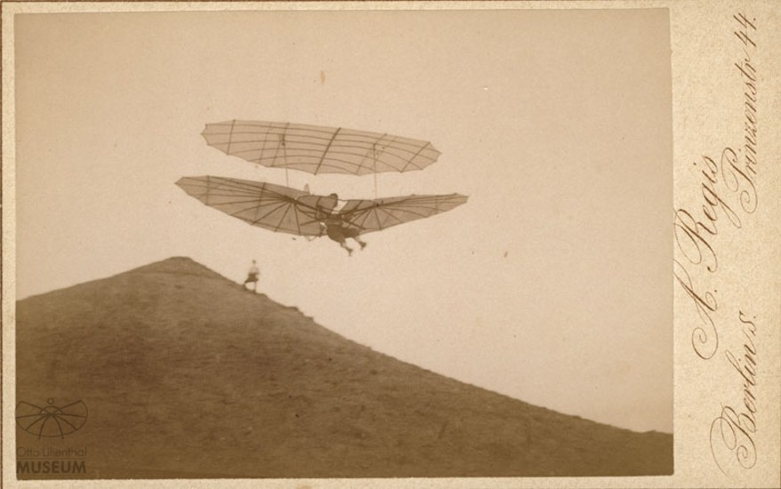Fotografie: Flug Otto Lilienthals (Otto-Lilienthal-Museum CC BY-NC-SA)