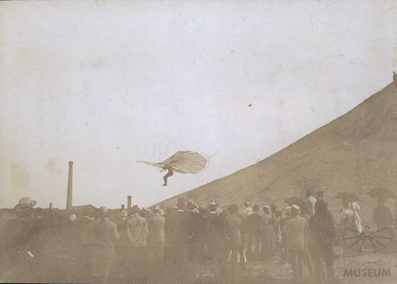 Fotografie Flug Otto Lilienthals (Otto-Lilienthal-Museum CC BY-NC-SA)