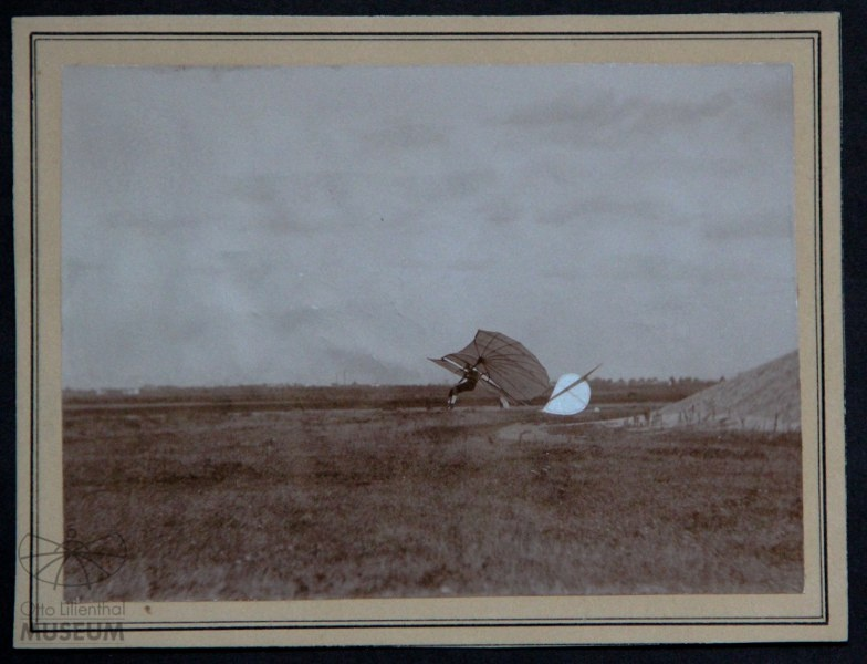 Fotografie Otto Lilienthal bei der Landung (F0101) (Otto-Lilienthal-Museum CC BY-NC-SA)