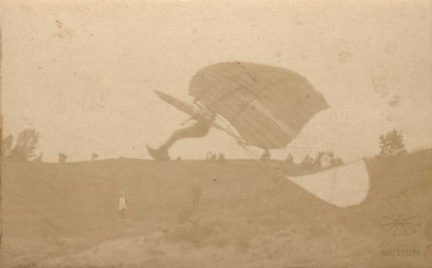 Fotografie Flugversuch Otto Lilienthals (Otto-Lilienthal-Museum CC BY-NC-SA)