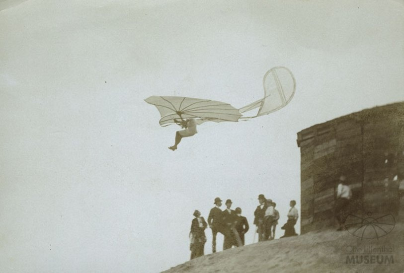 Fotografie Flugversuch Otto Lilienthals (f0083) (Otto-Lilienthal-Museum CC BY-NC-SA)
