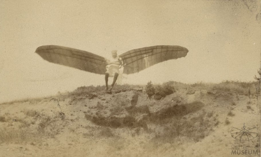 Fotografie Flugversuch Otto Lilienthals (f0070) (Otto-Lilienthal-Museum CC BY-NC-SA)