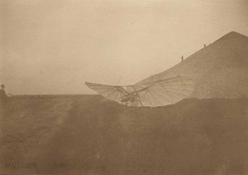 Fotografie Flugversuch Otto Lilienthals (f0102) (Otto-Lilienthal-Museum CC BY-NC-SA)