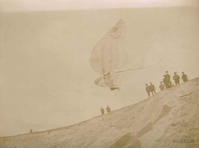 Fotografie Flugversuch Otto Lilienthals (f0829) (Otto-Lilienthal-Museum CC BY-NC-SA)