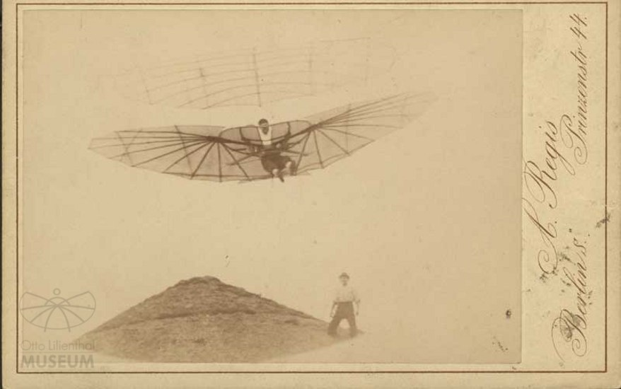 Fotografie Flugversuch Otto Lilienthals (f0116) (Otto-Lilienthal-Museum CC BY-NC-SA)