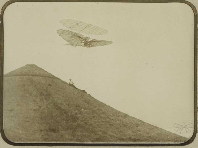 Fotografie Otto Lilienthal im Flug (f0132) (Otto-Lilienthal-Museum CC BY-NC-SA)