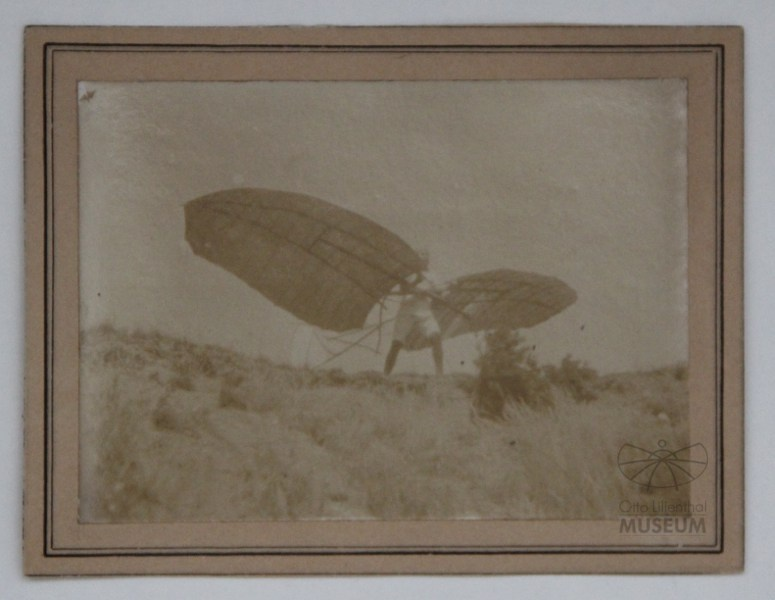 Fotografie: Lilienthal mit Flugapparat (Otto-Lilienthal-Museum CC BY-NC-SA)