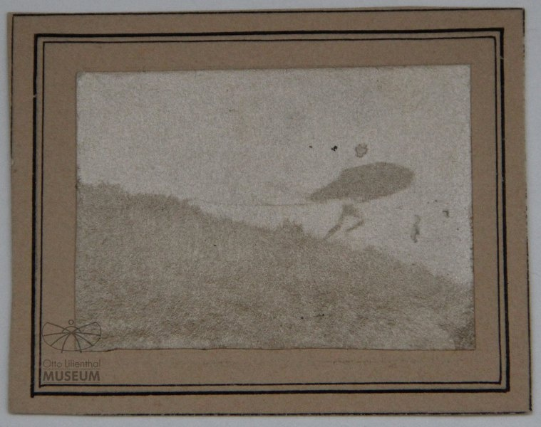 Fotografie Flugversuch Otto Lilienthals (f0020) (Otto-Lilienthal-Museum CC BY-NC-SA)