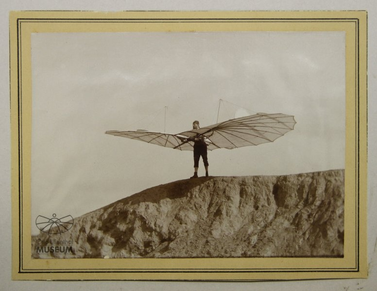 Lilienthal mit Normalapparat (f0806) (Otto-Lilienthal-Museum CC BY-NC-SA)