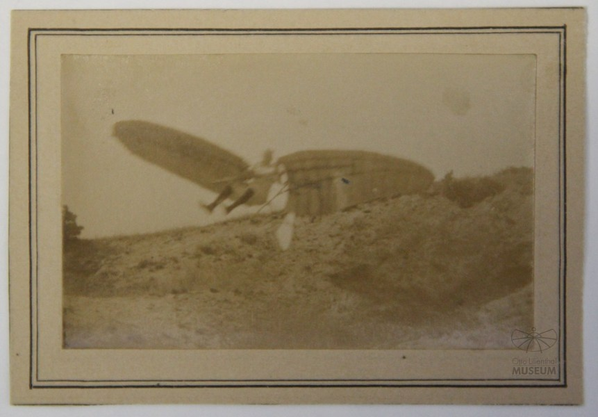 Fotografie Flugversuch Otto Lilienthals (f0812) (Otto-Lilienthal-Museum CC BY-NC-SA)