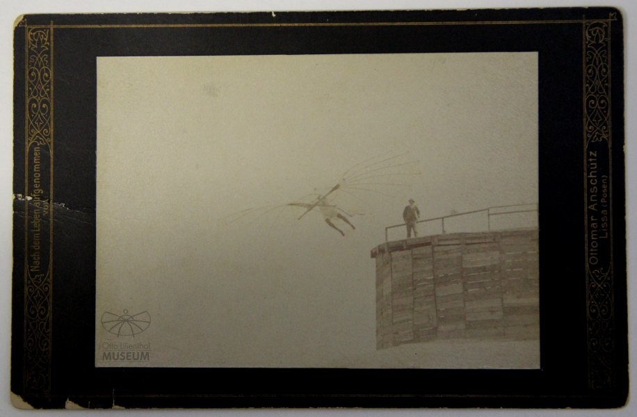 Fotografie Flugversuch Otto Lilienthals (F0080) (Otto-Lilienthal-Museum CC BY-NC-SA)