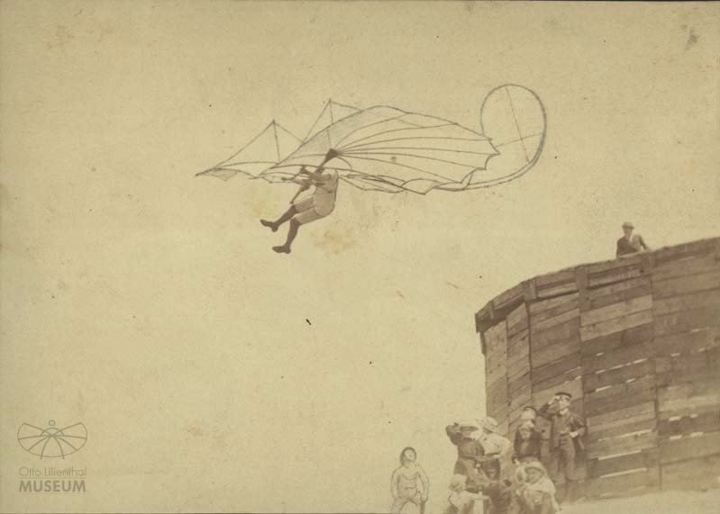 Fotografie Flugversuch Otto Lilienthals (f0021) (Otto-Lilienthal-Museum CC BY-NC-SA)
