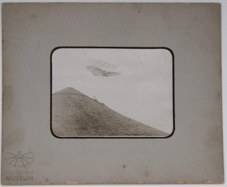 Fotografie: Flug Otto Lilienthals am Fliegeberg (f0132) (Otto-Lilienthal-Museum CC BY-NC-SA)